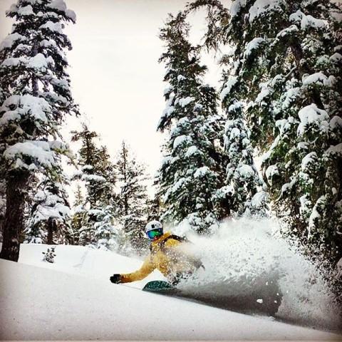 It seems like it has been perpetual pow town in Tahoe this season! #A7Renegade @caseylucassnow dances through the deep.  @joshdaiek #avalon7 #liveactivated #snowboarding www.avalon7.co