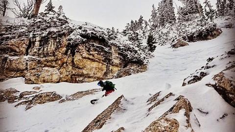 @nathanielmurphy doing a bit of adventureboarding in the sidecountry at @jacksonhole.  #avalon7 #followthestoke #snowboarding www.avalon7.co